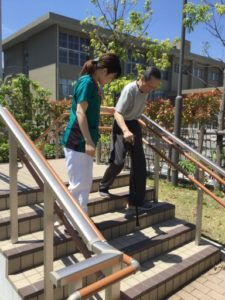 屋外での歩行訓練の様子1